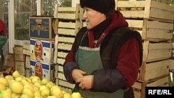 Женщина продает яблоки в торговом центре в Астане. Иллюстративное фото.