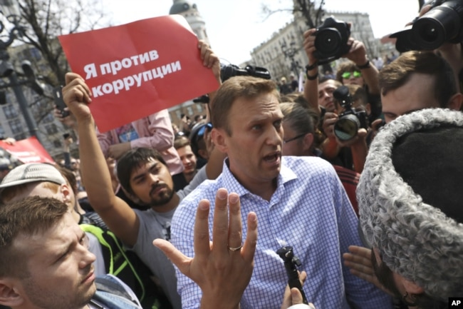 Алексей Навальный и один из казаков на Пушкинской площади за несколько секунд до задержания оппозиционера полицией