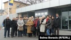 Porodice žrtava ispred zgrade suda