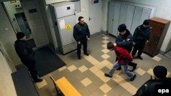 Одного из подозреваемых в теракте ведут под конвоем