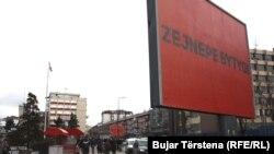 Emri i Zejnepe Bytyqit është vendosur në njërin nga bilbordet në Prishtinë. Ajo është vrarë nga burri i saj