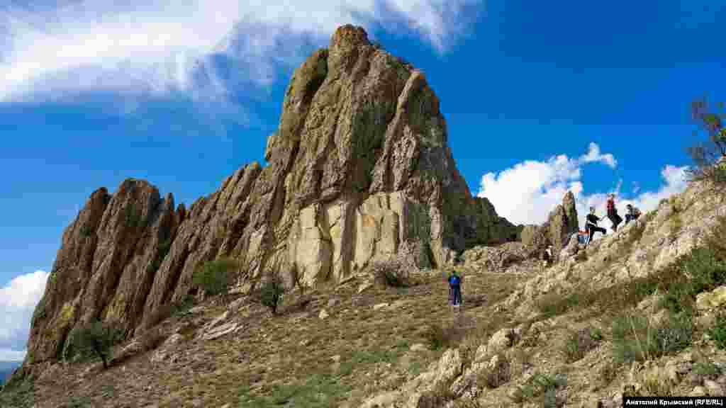 Гора Ай-Йорын-Буруну (с крымскотатарского переводится как «возвышенность святой Ирины»). Это главная вершина (510 метров над уровнем моря) всего хребта