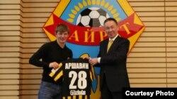 Андрей Аршавин (слева), игрок алматинского футбольного клуба «Кайрат» с Генеральным директором ФК Маликом Кушалиевым.