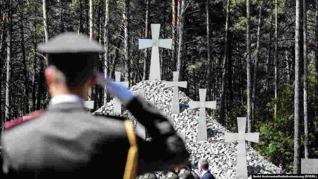 Воїн віддає честь пам'яті жертв сталінського терору