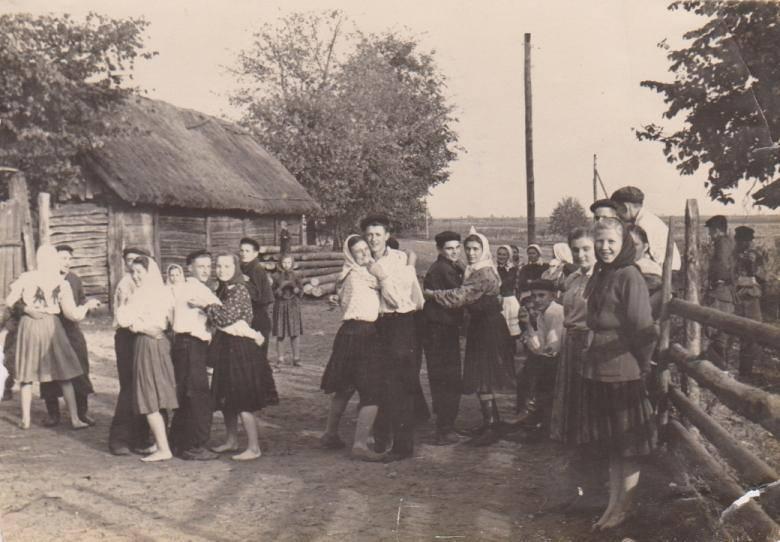 Де молодь в селах вчилася танцювати?