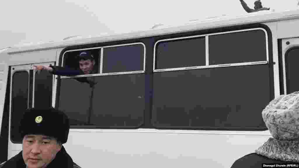 Ақтөбеде ұсталғандардың бірі автобус терезесінен билікке қарсы наразылығын білдіріп тұр.