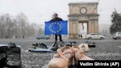 În timpul unui protest prin care manifestanții au adus încălțăminte în centrul Chișinăului ce se presupune că a fost purtată de oameni care au migrat din țară. 23 februarie 2019