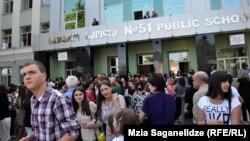 Учащиеся во дворе перед зданием школы. Тбилиси, 17 сентября 2012 года.