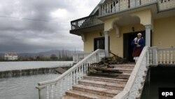 Pamje nga përmbytjet në një fshat në rrethin e Shkodrës, 7 janar 2010.