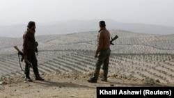 دو تن نیروهای ارتش آزاد سوریه مورد حمایت ترکیه، بر یکی از بلندیهای مشرف به منطقه عفرین