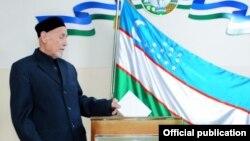 Парламент сайлауына дауыс беріп жатқан азамат. Өзбекстан, 21 желтоқсан 2014 жыл.