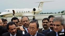 بانگیمون در کنار شاه محمود قریشی، وزیر خارجه پاکستان (نفر اول از سمت راست) و رحمان مالک، وزیر کشور پاکستان (نفر اول از سمت چپ)