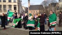 Чеченские беженцы в Европе с флагами Ичкерии