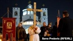 Skup predstavnika Srpske pravoslavne crkve i vjernika koji su se okupili ispred Sabornog Hrama Hristovog Vaskrsenja u Podgorici da iskažu svoje nezadovoljstvo zbog Zakona o slobodi vjeroispovijesti (januar 2020.)