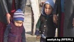 Өзбекстанга турмушка чыгып, Кыргызстанга мажбур кайтарылган келиндер балдары менен. Баткендин Миң-Чынар айылы.