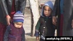 Өзбекстандан чыгарылган кыргызстандык келиндердин айрымдары балдарын кошо ала келген. Баткен, Миң-Чынар айылы.