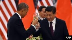 Китай - Президент США Барак Обама (слева) и председатель КНР Си Цзиньпин поднимают тост на обеде в Пекине, 12 ноября 2014
