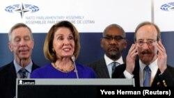 Kryesuesja e Dhomës së Përfaqësuesve në Shtetet e Bashkuara, Nancy Pelosi, së bashku me kongresmenë amerikanë në Bruksel.