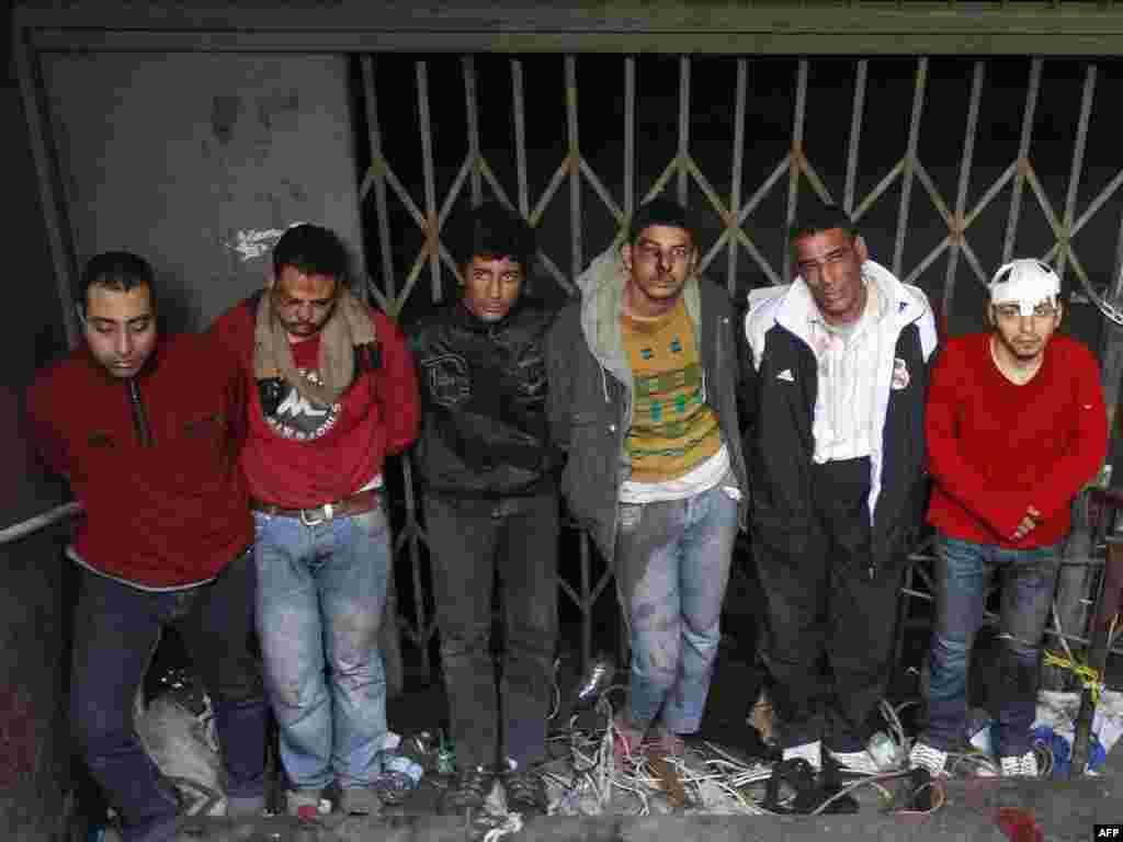 عدهای از طرفداران حسنی مبارک که توسط مخالفان او دستگیر شدهاند
