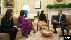 Барак Обама и Мишель Обама принимают Малалу Юсефзай в Белом доме. Крайняя слева - старшая дочь Обамы - Малия