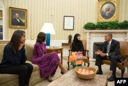 Barack Obama, Michelle Obama Ağ evdə Malala Yousafzai-ı qəbul edirlər.