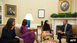 ملاله یوسفزۍ په اوول دفتر کې د امریکا له ولسمشر براک اوباما، له لومړۍ مېرمنې میشل اوباما او د هغه له لور مالیه سره د لیدو پر مهال. ۱۱اکتوبر ۲۰۱۳م کال