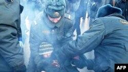 Типичная встреча российской оппозиции с отечественной милицией