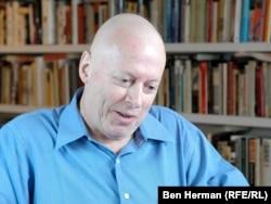 Крістофер Гітченз розмовляє у листопаді 2010 року з кореспондентом Радіо Свобода