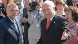 Чешский президент Вацлав Клаус (справа) показал своих коллег толпе из шести тысяч жителей Брно