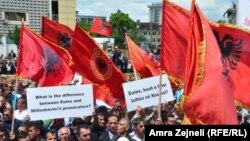 Під час демонстрації у Приштині, 27 травня 2013 року