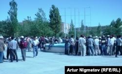 Бастующие нефтяники компании «Озенмунайгаз» собрались на площади. Жанаозен, 1 сентября 2011 года.