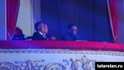 """Рустам Минниханов с женой и руководителем Татарского академического театра оперы и балета Рауфаль Мухаметзянов на концерте """"Үзгәреш җиле"""" в ноябре 2019 года в Казани"""