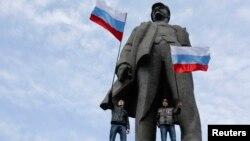 Під час проросійського мітингу в Донецьку, 9 березня 2014 року