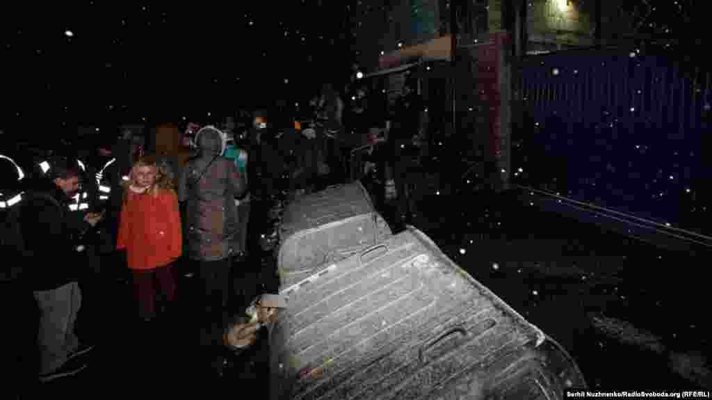 Ко въезду в СИЗО притащили мусорные баки и соорудили баррикаду