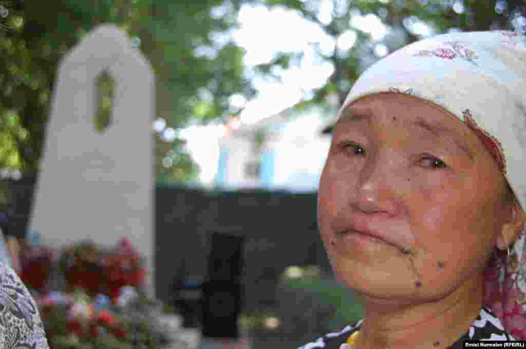 """Ошанка у памятника """"Слезы матери"""", посвященного памяти жертв межэтнического конфликта, 2011."""
