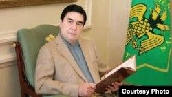 Prezident bolmazyndan öň, Berdimuhamedowyň nähilidir bir kitap ýazandygy barada malgumat ýok.