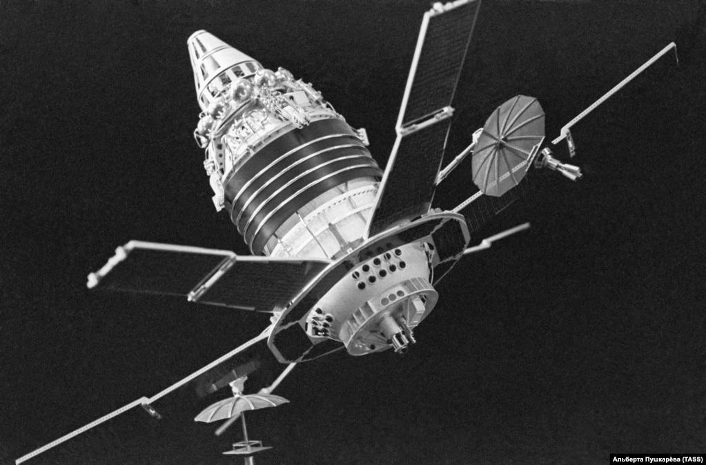 """Советский спутник """"Молния 1"""" был предназначен для военных коммуникаций. Потребовалась громадная ракета, чтобы вывести его на орбиту в 1965 году. Они весил 1,5 тонны. И в нем была эстетическая красота – его солнечные панели открывались уже на орбите."""