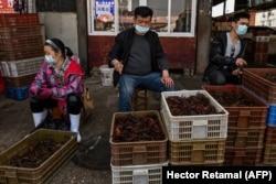 Уличная торговля креветками на рынке в городе Ухань. Апрель 2020 года