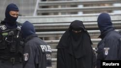 Архивска фотографија. Припадници на германската специјална полиција чуваат во близина на џамија во Берлин