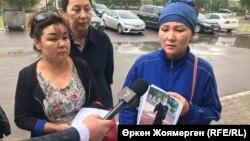 Багыраш Мансуркызы показывает фото дочери, которую, по ее словам, задержали в Китае. Астана, 27 июня 2018 года.