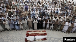 Pakistan -- Shi'ite Muslim men from the ethnic Hazara minority attend a funeral of their relatives who were killed after gunmen opened fire on a car on the outskirts of Quetta, July 19, 2017