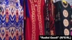 В бутике в центре Кабула продают только национальную таджикскую одежду