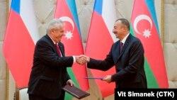 Çeh respublikasynyň prezidenti Milos Zeman (çepde) we Azerbaýjanyň prezidenti Ylham Aliýew.