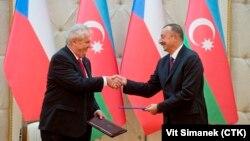 Мілош Земан (л) під час візиту до Баку з президентом Азербайджану Ільгамом Алієвим (п)