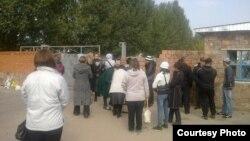 Родственники заключенных у ворот тюрьмы АП-162/4. Павлодар, 16 сентября 2014 года.
