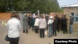 Павлодар колониясының алдына жиналып туыстарымен кездесуді талап етіп тұрғандар деп сипатталған адамдар. Суретті тұтқындардың бірінің туысы жіберді. 16 қыркүйек 2014 жыл