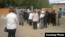Родственники заключенных у тюрьмы АП 162/4. Павлодар, 16 сентября 2014 года.