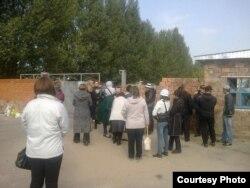 Родственники заключенных у ворот тюрьмы в Павлодаре. Иллюстративное фото.