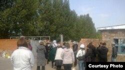 Павлодардағы түрмелердің бірі мен оның алдына жиналып тұрған сотталушылардың туыстары. (Көрнекі сурет)