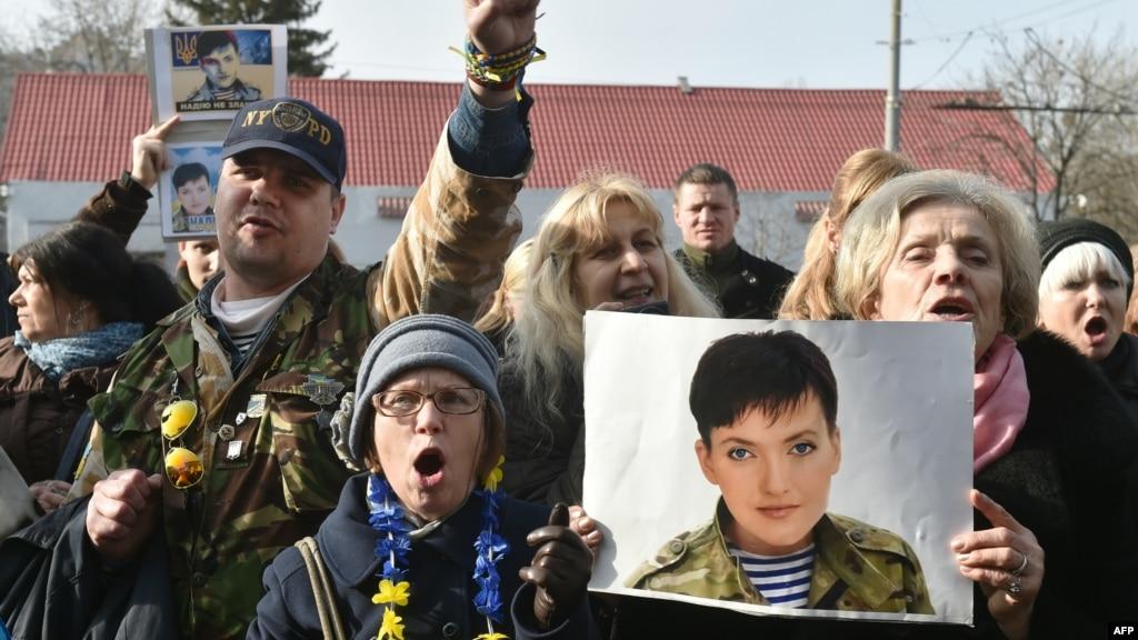 Участники акции протеста за освобождение Надежды Савченко в Киеве